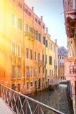 著名运河全景重创在日落在威尼斯,有减速火箭的葡萄酒Instagram样式过滤器作用的意大利 库存照片