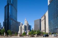 著名里格利大厦和王牌在芝加哥耸立 免版税库存照片