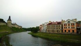 著名金黄堤防和克里姆林宫的看法在普斯克夫 免版税库存照片
