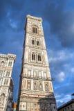 著名钟楼塔响铃的底视图在一多云天在佛罗伦萨 免版税图库摄影