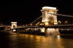 著名铁锁式桥梁在布达佩斯,匈牙利,在晚上 免版税库存照片