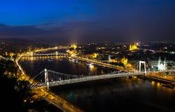著名铁锁式桥梁在晚上在布达佩斯,匈牙利 免版税库存照片
