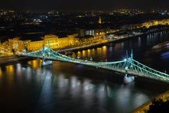 著名铁锁式桥梁在晚上在布达佩斯,匈牙利 库存图片
