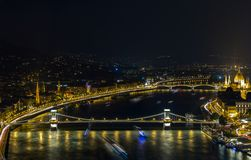 著名铁锁式桥梁在晚上在布达佩斯,匈牙利 图库摄影