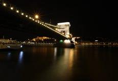 著名铁锁式桥梁在晚上在布达佩斯 库存照片