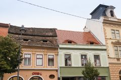 著名锡比乌在老房子里注视-在以眼睛的形式被做的屋顶的窗口在锡比乌市在罗马尼亚 库存图片