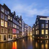 著名阿姆斯特丹运河看法在夜之前 免版税图库摄影