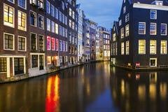 著名阿姆斯特丹运河看法在晚上 免版税图库摄影