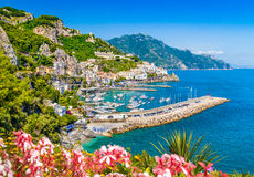 著名阿马尔菲海岸明信片视图,褶皱藻属,意大利 免版税库存照片
