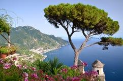著名阿马尔菲海岸美丽如画的风景,从别墅Rufolo的看法在拉韦洛,意大利 图库摄影