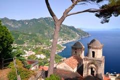 著名阿马尔菲海岸美丽如画的风景,从别墅Rufolo的看法在拉韦洛,意大利 免版税库存照片