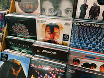 著名音乐带唱片案件待售在音乐商店 库存照片