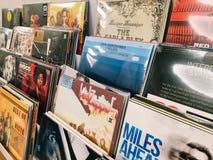 著名音乐带唱片案件待售在音乐商店 免版税图库摄影