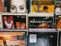 著名音乐带唱片案件待售在音乐商店 库存图片