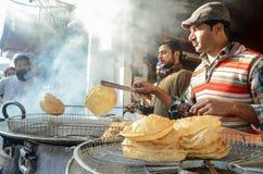 从著名食物街道,拉合尔,巴基斯坦的一个看法 免版税库存图片