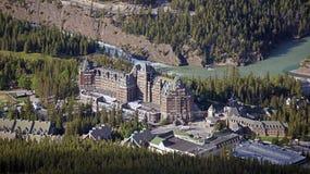 著名费尔蒙特班夫温泉酒店的俯视图 免版税库存图片