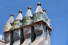 著名建筑师Gaudì Â对待了象艺术品的屋顶烟囱在房子住处Batllo的屋顶的巴塞罗那的 免版税库存图片