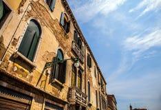 著名建筑纪念碑和老中世纪大厦特写镜头n威尼斯,意大利五颜六色的门面  库存照片