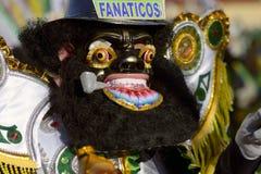著名` negritos `,舞蹈家在跳舞在节日的黑羊毛面具穿戴了尊敬Virgen del罗萨里奥 图库摄影