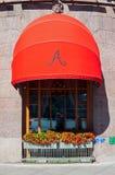 著名Astoria旅馆红色遮篷在圣彼德堡,俄罗斯-特写镜头街道视图 免版税图库摄影