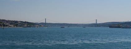 著名Bosphorus桥梁和海峡有船的,如被看见从伊斯坦布尔的欧洲边,在土耳其 免版税库存照片