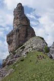 著名Campanile di Val Montanaia的底部的远足者 免版税库存图片