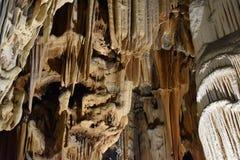 著名Cango的特写镜头在Oudtshoorn,一点南部非洲的干旱台地高原陷下在南非 图库摄影
