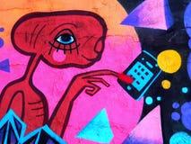 著名E的逗人喜爱的街道画 T 给家打电话 免版税库存照片