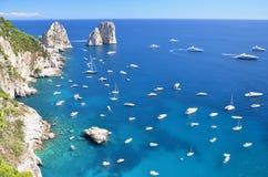 著名faraglioni华美的风景在卡普里岛海岛,它上晃动 库存照片