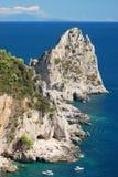 著名faraglioni华美的风景在卡普里岛海岛,意大利上晃动 库存图片
