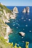 著名faraglioni华美的风景在卡普里岛海岛,意大利上晃动 免版税图库摄影