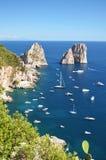 著名faraglioni华美的风景在卡普里岛海岛,意大利上晃动 库存照片