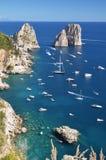 著名faraglioni华美的风景在卡普里岛海岛,意大利上晃动 免版税库存照片