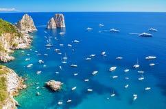 著名faraglioni华美的风景在卡普里岛海岛,意大利上晃动 图库摄影