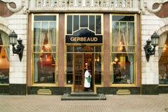 从著名Gerbeaud coffe商店出来的人们 免版税库存照片