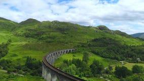 著名Glenfinnan高架桥在苏格兰高地-一个普遍的地标 股票视频