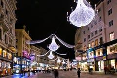 著名Graben街道在维也纳在与圣诞节装饰的晚上 免版税库存照片