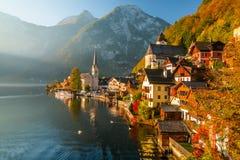 著名Hallstatt山村日出视图有Hallstatter湖的,奥地利 免版税图库摄影