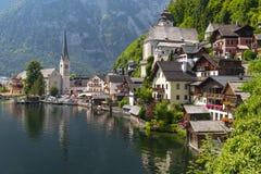 著名Hallstatt湖边村庄看法有Hallstatter湖的在阿尔卑斯,萨尔茨卡默古特奥地利 库存照片