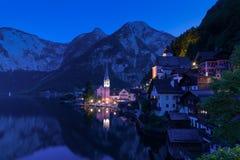 著名Hallstatt湖边镇经典明信片视图在一个黄昏的阿尔卑斯在夏天,萨尔茨卡默古特地区,奥地利 免版税库存照片