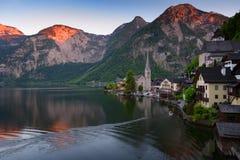 著名Hallstatt湖边镇经典明信片视图在阿尔卑斯在一个美好的晴天在夏天,萨尔茨卡默古特地区, 免版税库存照片