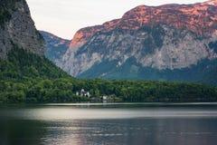 著名Hallstatt湖边镇经典明信片视图在阿尔卑斯在一个美好的晴天在夏天,萨尔茨卡默古特地区, 免版税库存图片