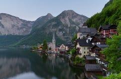 著名Hallstatt湖边镇经典明信片视图在阿尔卑斯在一个美好的晴天在夏天,萨尔茨卡默古特地区, 库存图片