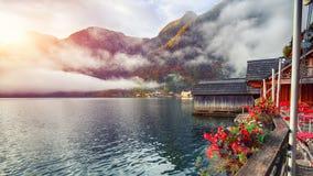 著名Hallstatter湖风景看法  有雾的秋天日出在 免版税库存图片