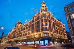 著名Harrods百货商店在晚上在伦敦 免版税库存图片