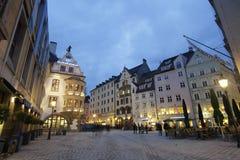 慕尼黑市中心在晚上 免版税库存图片