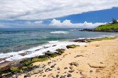 著名Hookipa海滩,普遍的冲浪的斑点用一个白色沙子海滩、野餐区和亭子填装了 毛伊,夏威夷 免版税库存图片