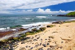 著名Hookipa海滩,普遍的冲浪的斑点用一个白色沙子海滩、野餐区和亭子填装了 毛伊,夏威夷 图库摄影