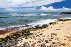 著名Hookipa海滩,普遍的冲浪的斑点用一个白色沙子海滩、野餐区和亭子填装了 毛伊,夏威夷 库存图片