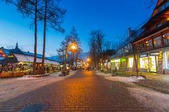 著名Krupowki街道在冬时的扎科帕内 免版税库存图片